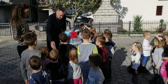 Načelnik prigodnim poklonima razveselio najmlađe